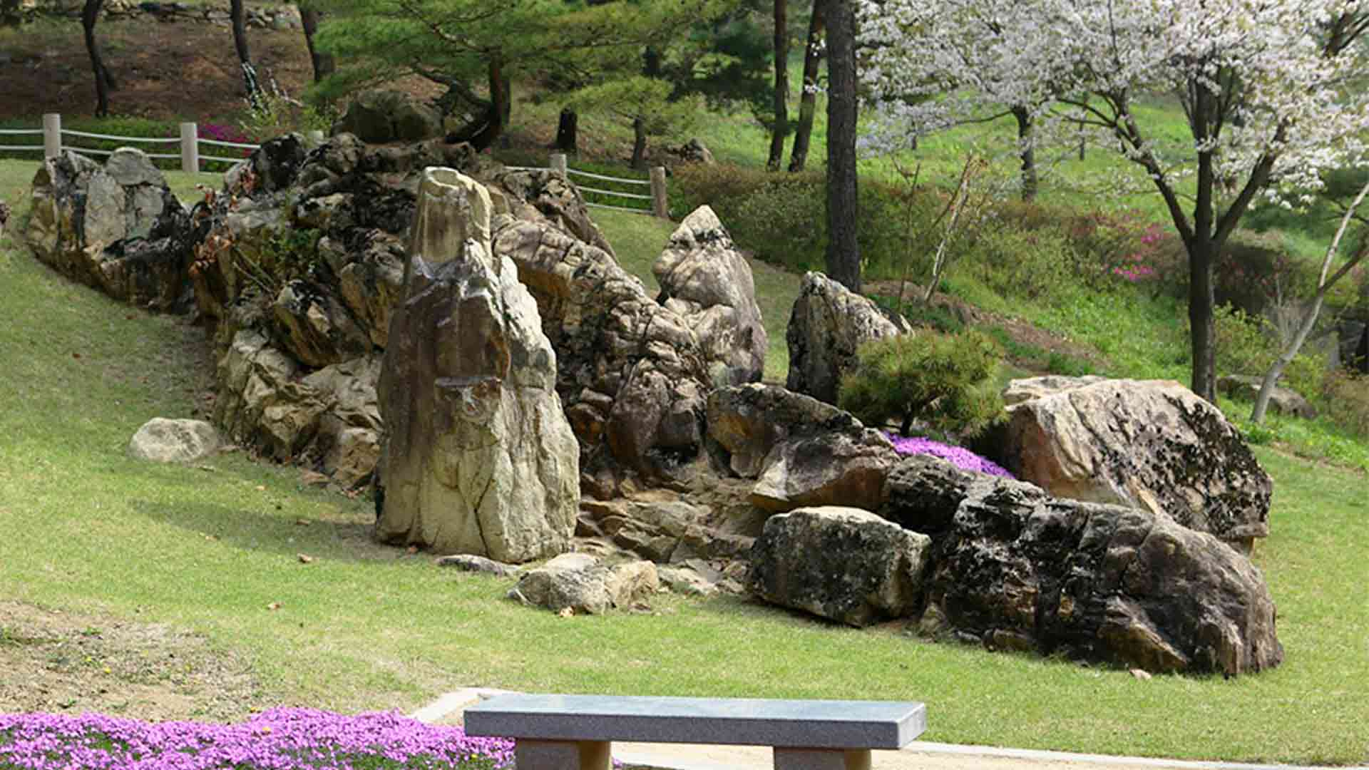 The Threshold Rock (Doorstep Rock) is the boulder that marks the entrance of Wolmyeongdong (side view)